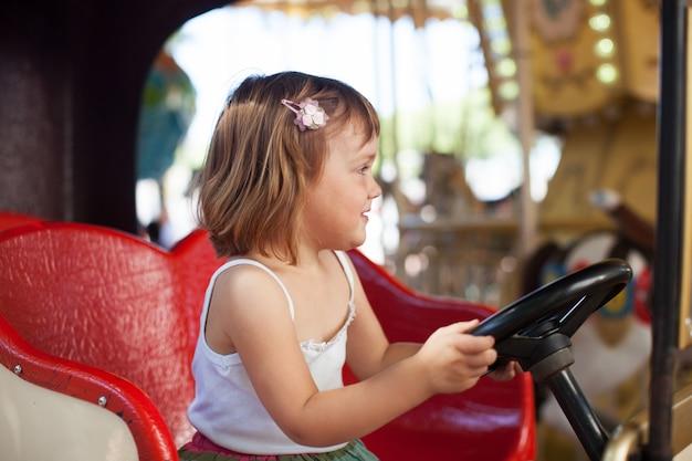 Mädchen in karussell auto