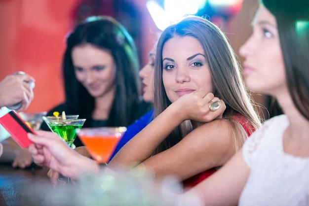 Mädchen in schönen kleidern feiern den geburtstag eines freundes.