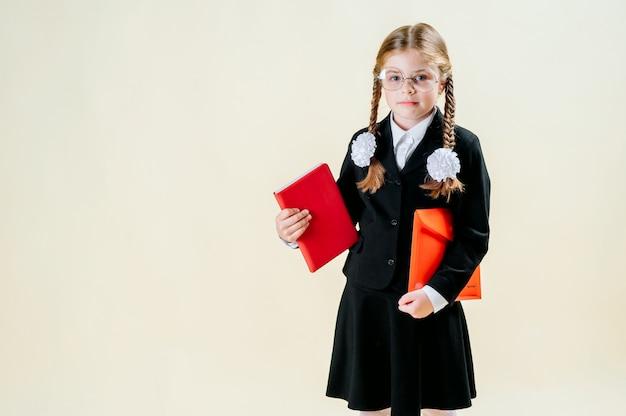 Mädchen in schuluniform. schulmädchen denkt über das studium