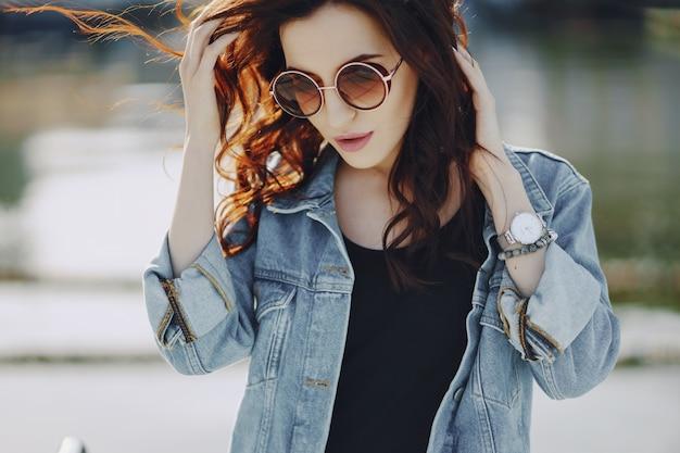 Mädchen in sonnenbrille