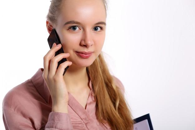 Mädchen in spricht am telefon und nimmt an der umfrage teil