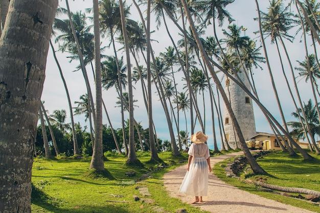 Mädchen in sri lanka auf einer insel mit einem leuchtturm.