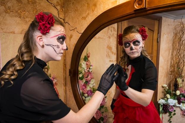 Mädchen in tracht für halloween.