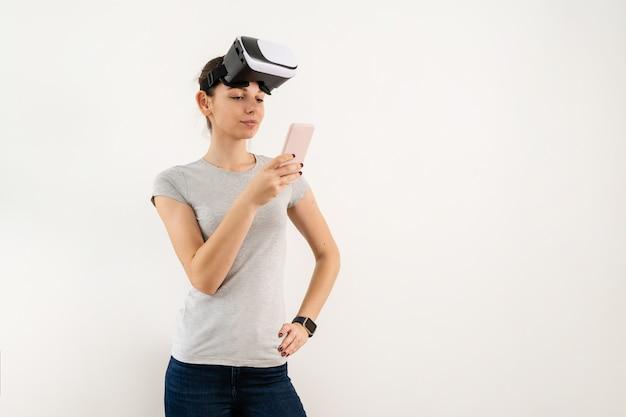 Mädchen in vr-brille lokalisiert auf weißem hintergrund. erweiterte realität