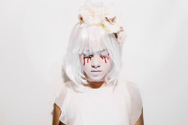 Mädchen in weißer perücke und rosenkranz