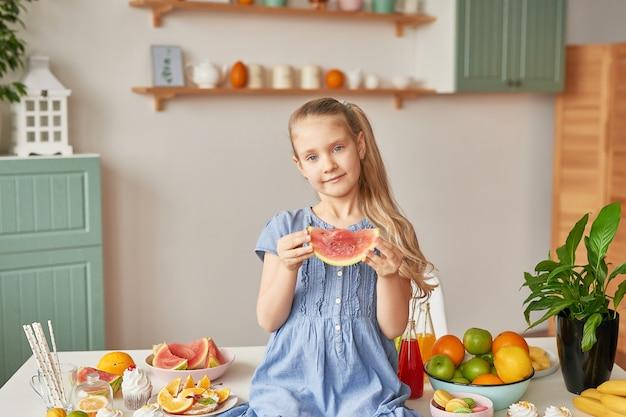 Mädchen isst obst in der küche