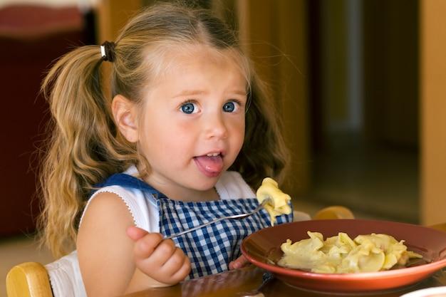 Mädchen isst pasta