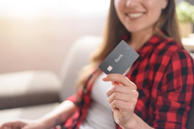 Mädchen ist bereit, mit kreditkarte in einem online-shop zu bezahlen