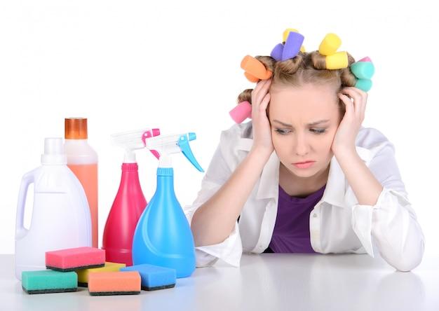Mädchen ist es leid, das dorf zu putzen und den kopf zu halten.
