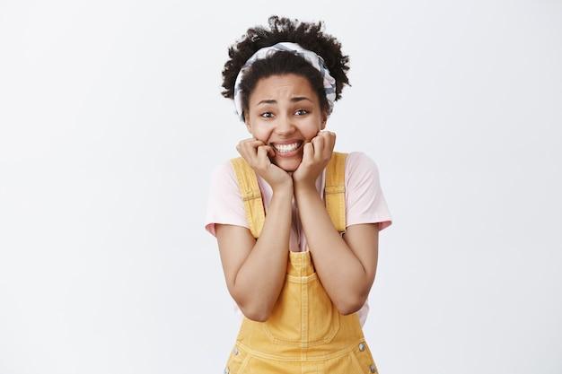Mädchen kann gefühle nicht kontrollieren, lieblingsschauspieler lebend zu sehen, handflächen über kinn zu halten und mit aufgeregtem und aufgeregtem ausdruck zu lächeln, auf autogramm zu warten und foto mit berühmtheit machen zu wollen