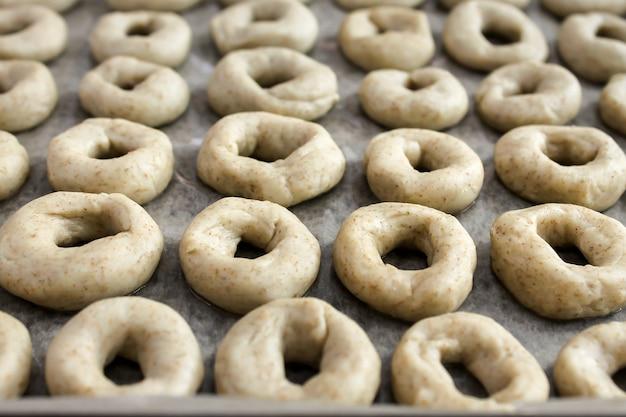 Mädchen kekse machen