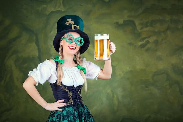 Mädchen kellnerin oktoberfest in tracht mit einem becher bier