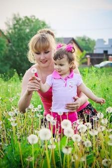 Mädchen, kind, blumen im frühjahr spielt. selektiver fokus