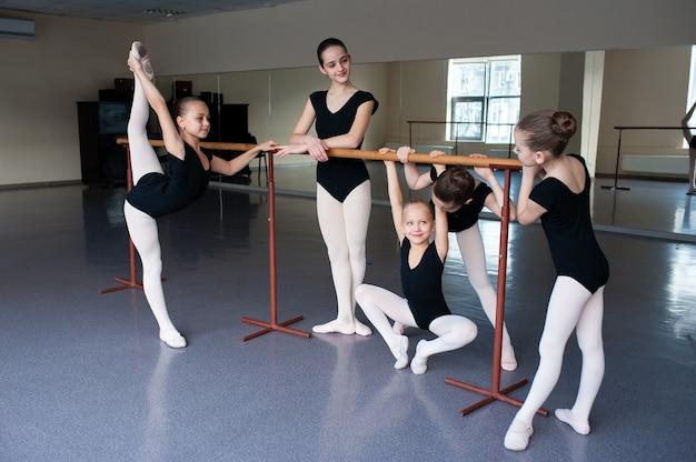 Mädchen kommunizieren im unterricht in der ballettschule.