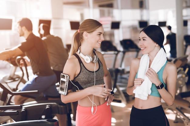 Mädchen kommunizieren in der pause zwischen den übungen.