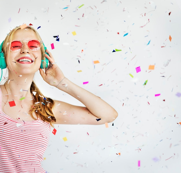 Mädchen-kopfhörer-musik-konfetti-glück-konzept