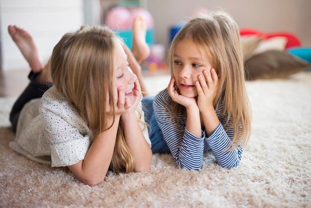 Mädchen kreieren neue ideen auf dem flauschigen teppich
