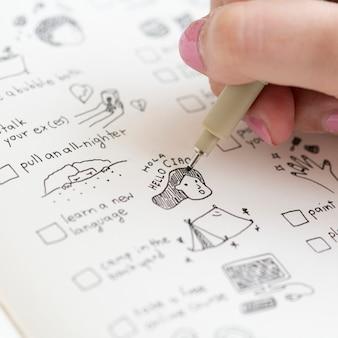 Mädchen kritzeln und machen eine checkliste in einem notizbuch