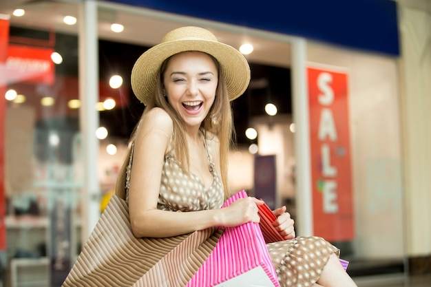 Mädchen lächelnd mit einem strohhut