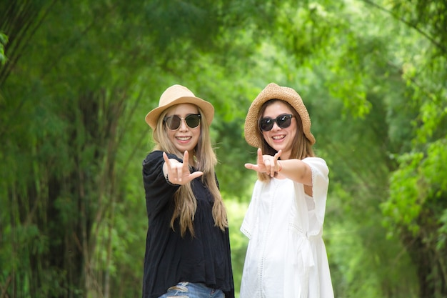 Mädchen lächelt glücklich. schöne natur in ihren händen mit weißen blumen. auf einem natürlichen ba