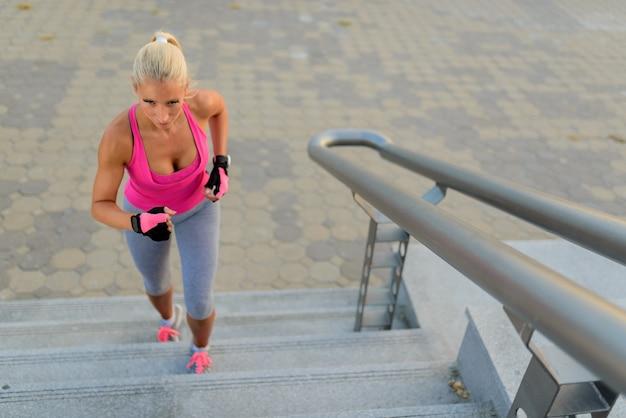 Mädchen läuft auf der stadttreppe