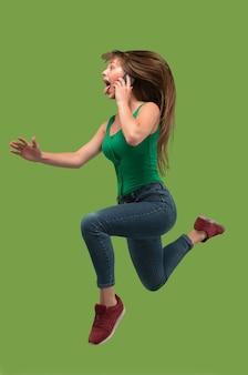 Mädchen läuft, während am telefon gesprochen wird