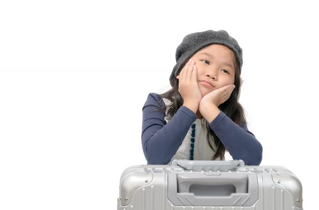 Mädchen langeweile und hand an backe auf gepäck