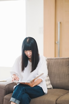 Mädchen las ipad auf sofa