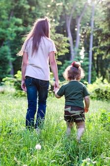 Mädchen laufen und spielen im park