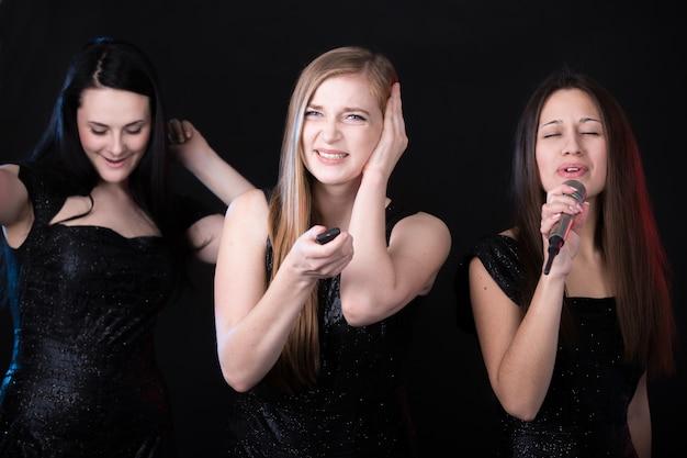 Mädchen leiden, weil ein anderes mädchen singt