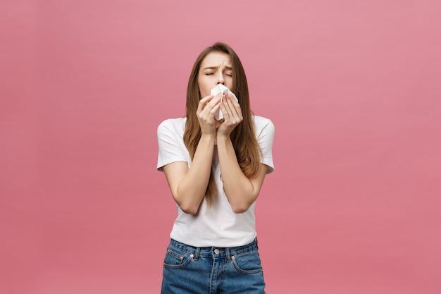Mädchen leidet unter schrecklichen kopfschmerzen und drückt den kopf mit den fingern zusammen