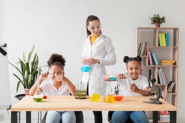 Mädchen lernen etwas über wissenschaft von wissenschaftlerinnen