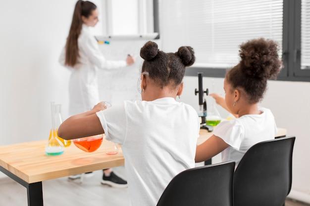 Mädchen lernen im unterricht etwas über chemie