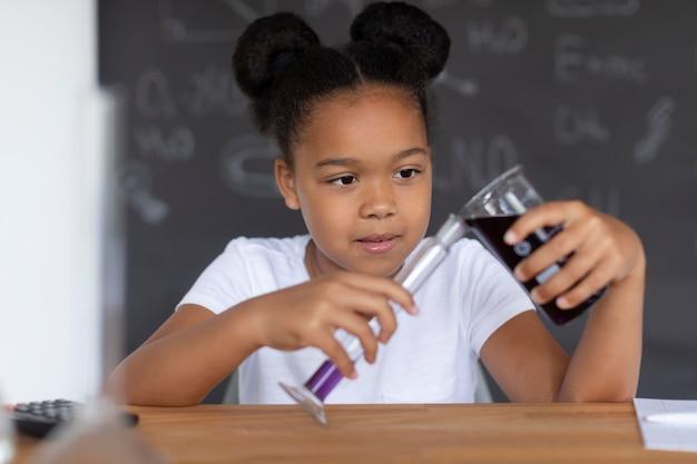 Mädchen lernt im unterricht mehr über chemie