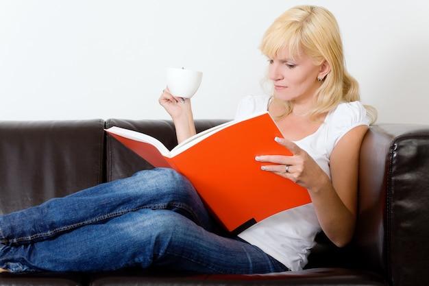 Mädchen lesung auf dem sofa