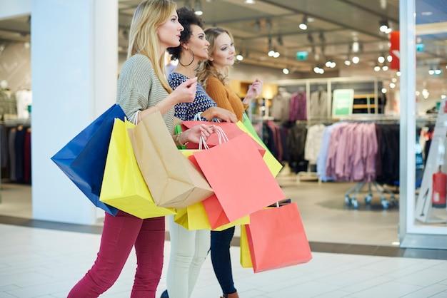 Mädchen lieben das einkaufen so sehr