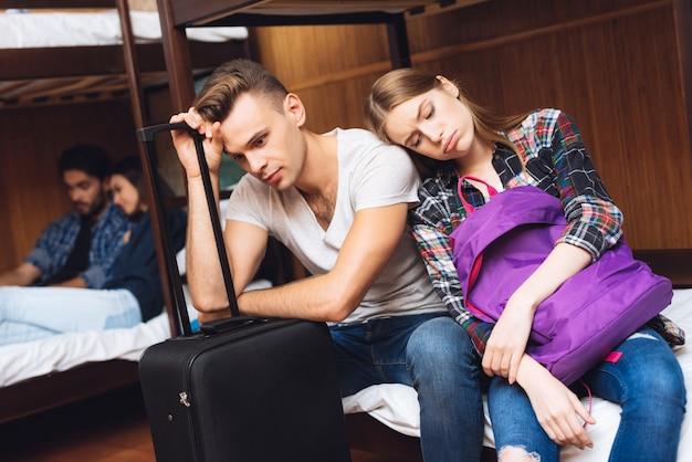 Mädchen liegt auf der schulter des mannes, die rucksack hält.