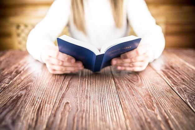 Mädchen liest bibel