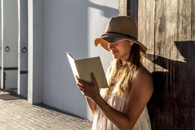 Mädchen liest ein buch im morgengrauen