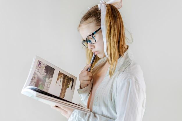 Mädchen liest schulheft