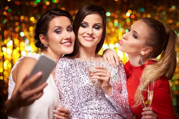 Mädchen machen selfie auf der party