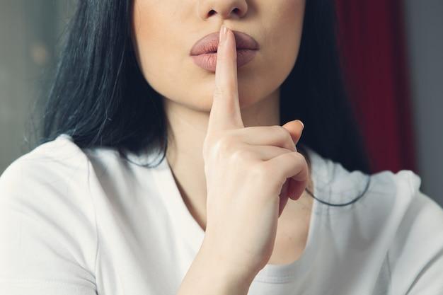 Mädchen macht eine geste der stille
