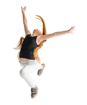 Mädchen macht einen sprung in die luft