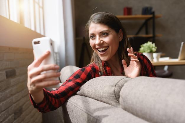 Mädchen macht einen videoanruf mit ihrer familie wegen covid19 coronavirus.