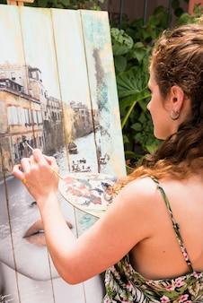 Mädchen malen auf leinwand