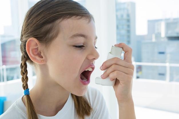 Mädchen mit asthmapumpe