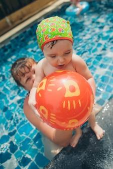 Mädchen mit aufblasbaren spielzeugen für den pool