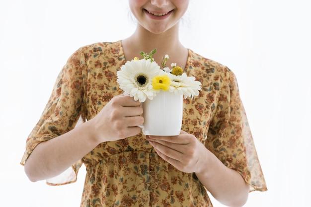 Mädchen mit blumen in ihrer kaffeetasse