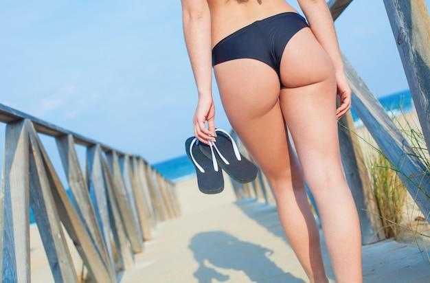 Mädchen mit brasilianischen bikini