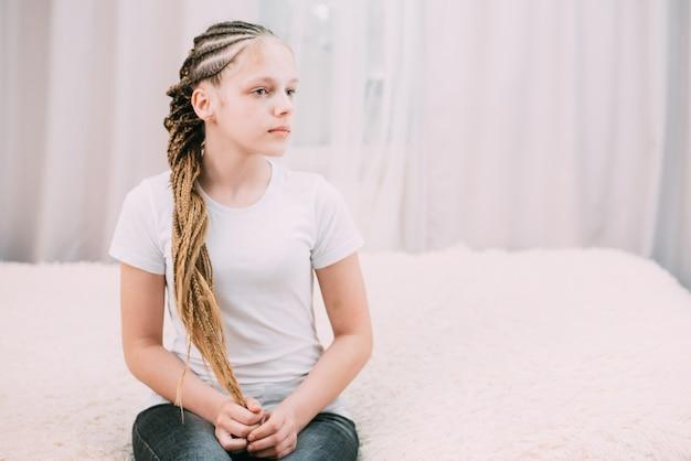 Mädchen mit braunen haaren mit kanekalon-haaren